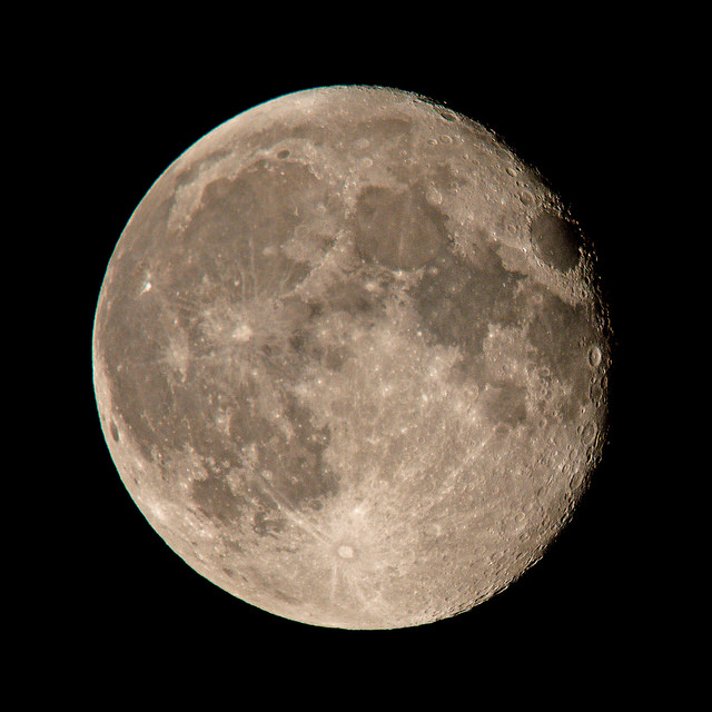 telephoto-lens-moon